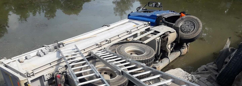 Nehoda v Poličce: Řidič nákladního vozu naboural tři auta a sjel do rybníku. Záchranářům se jej nepodařilo oživit