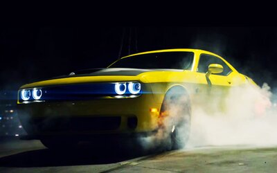 Nejbrutálnější současný muscle car, Challenger Hellcat se 707 koňmi, driftuje ve vzduchu!