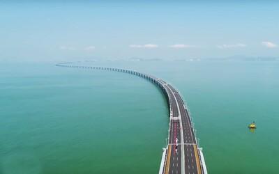 Nejdelší most na světě byl otevřen. Propojuje Hongkong se zbytkem Číny a měří jako sto Karlových mostů
