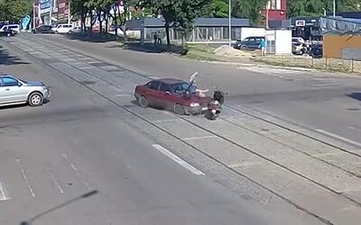 Nejdříve ho srazilo auto, pak mu skoro řidič přejel přes hlavu. Brutální nehodu z Ukrajiny dělily od tragédie centimetry