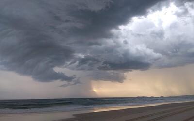 Nejdříve oheň, nyní hrozí záplavy. Austrálii o víkendu čekají silné bouře
