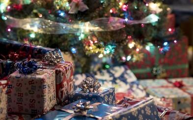 Nejhorší vánoční dárky: Slečna od babičky dostala vánoční slipy, spletla si je s kalhotkami
