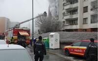 Nejprve výbuch a pak kouř: V Bratislavě kvůli požáru v bytě museli evakuovat bytovku