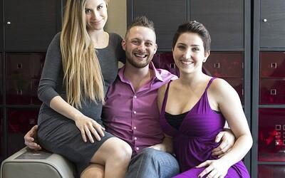 Nejšťastnější muž světa Adam žije se dvěma přítelkyněmi. Jedna čeká dítě, druhá už porodila a všichni spí v jedné velké posteli