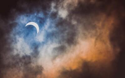 Nejúžasnější záběry totálního zatmění Slunce. Dechberoucí úkaz uchvátil celý svět