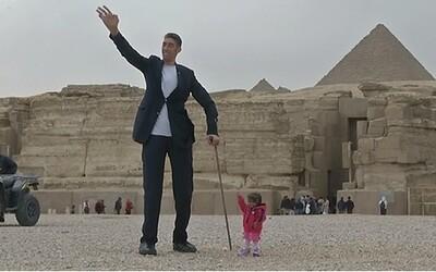 Nejvyšší muž na světě se potkal s nejmenší ženou, která se objevila i v seriálu American Horror Story. Je mezi nimi rozdíl téměř 2 metry