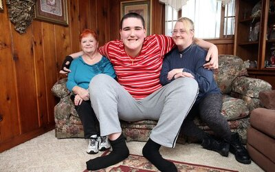 Nejvyšší teenager světa Broc měří 233 centimetrů a nepřestává růst. Možná zaútočí i na světový rekord