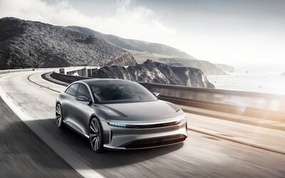 Někdejší zaměstnanci Tesly představili svůj vlastní elektromobil. Zaujme designem, výkonem 1 000 koní i dojezdem!