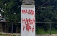 "Někdo posprejoval sochu Edvarda Beneše na Pražském hradě nápisy ""rasista"" a ""masový vrah"""