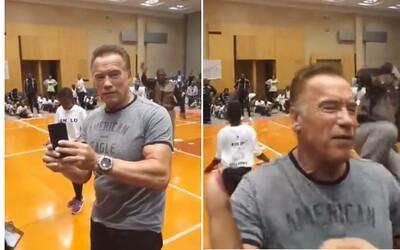 Někdo zákeřně zezadu kopl Arnolda Schwarzeneggera, když se na akci fotil s fanoušky