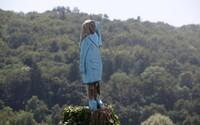 Někdo zapálil sochu Melanie Trump, která stála ve Slovinsku. Hořet začala během Dne nezávislosti