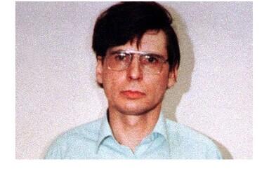 Nekrofil Dennis Nilsen vraždil homosexuální muže a jejich těla schovával pod podlahu, aby mu dělala společnost