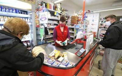 """Některé obchody v Česku budou """"zakázané"""" zboží oblepovat páskou"""