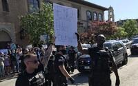 Někteří američtí policisté se přidávají k protestům proti policejní brutalitě. Kráčejí společně s rozhněvanými skupinami