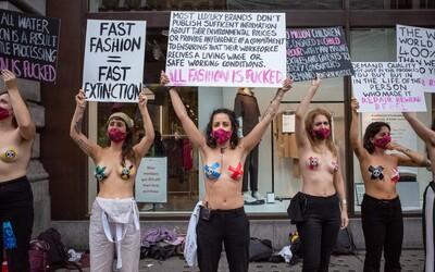 Nekupuji tento bullsh*t, raději budu nahá. Protestující ženy obsadily obchod řetězce H&M