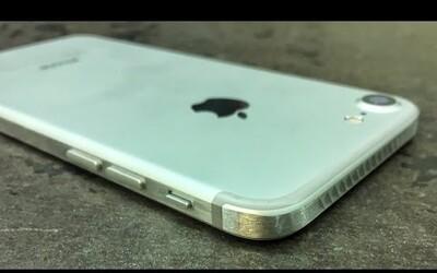 Nelíbí se ti zaoblený a kluzký design iPhonu 7? Pomocí průmyslové pily a brusky si ho chlapík rychle pozměnil