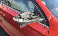 Nemám rád zbohatlíky, tvrdil policistům muž, který v Praze kopal do aut. Poničil 20 vozů