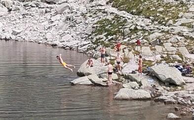 Nemci si spravili bazén z tatranského plesa, upozorňuje na bezohľadné správanie zahraničných turistov Slovák