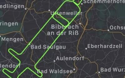 Německý pilot nakreslil na oblohu injekční stříkačku. Oslavil tak den koordinovaného očkování proti nemoci Covid-19