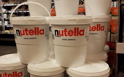 Nemecký supermarket vyriešil dopyt po Nutelle svojsky. Začal ju predávať v obrovských vedrách a už musel objednať aj nové zásoby