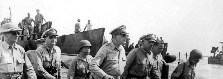 Nemeckým vojakom bolo do plaču, keď videli teror v koncentračných táboroch. Svetoznáma fotografia zobrazuje znechutené tváre