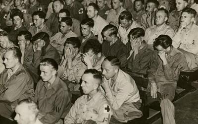 Německým vojákům bylo do pláče, když viděli teror v koncentračních táborech. Světoznámá fotografie zobrazuje znechucené obličeje