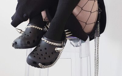 Nenáviděné Crocsy přicházejí v rockerské verzi. Za vybíjené krokodýlky s ostny a řetězy zaplatíš 6 tisíc korun