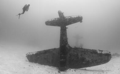 Neobyčejné fotografie zachycují podmořský hřbitov letadel z druhé světové války