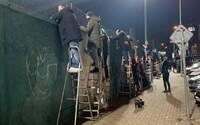 Neodradil ich ani zatvorený štadión: Fanúšikovia futbalu sledovali zápas spoza plota