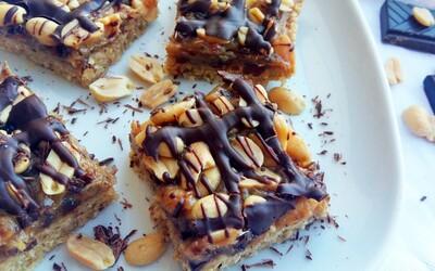Nepečené Snickers rezy, na ktorých je jednoduché zostať závislý  (Recept)
