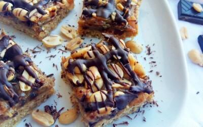 Nepečené Snickers řezy, na nichž se snadno stanete závislými (Recept)