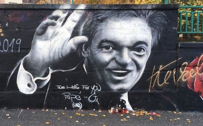Nepodarené graffiti Karla Gotta v Plzni zmizlo. Nahradila ho diaľnica s nápisom