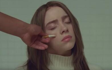 Nepotřebuje antidepresiva, aby se cítila dobře, stačí jí Coca-Cola. Billie Eilish si nechává uhasit cigarety na tváři