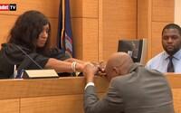 Neprávem seděl 17 let za mřížemi. Soudkyni držel po osvobození za ruku se slzami v očích