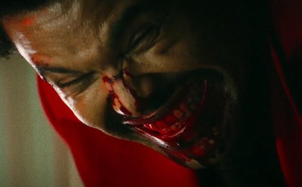 Nepríčetný The Weeknd pripomína Jokera. Jeho láska k Belle Hadid bola taka silná, že ju vedel vyjadriť len osobne