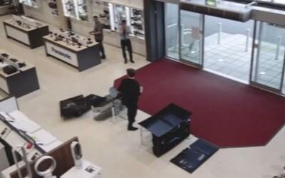 Nešikovný chlapík vošiel do obchodu a nechtiac porozbíjal televízory za 5-tisíc eur. Zabolí ťa už len pohľad na jeho čin