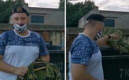 Neskutočne silné videá z Bieloruska. Vojaci a policajti pália či vyhadzujú uniformy, stavajú sa proti režimu