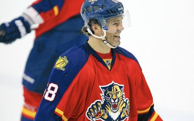 Nestarnúci Jarda Jágr sa ešte do hokejového dôchodku nechystá. S Floridou Panthers podpísal zmluvu na ďalšiu sezónu