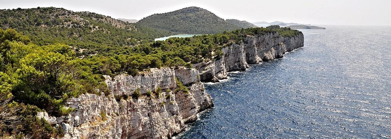 Netradičný kút Chorvátska ponúka strmé útesy i delfíny. Nechýba ani jazero slanšie a teplejšie ako more