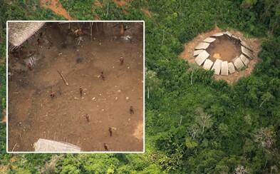 Neuvěřitelné fotografie zachycují překvapený kmen Yanomamů, když nad nimi přeletělo letadlo. Izolovaný kmen si zatím žije v bezpečí