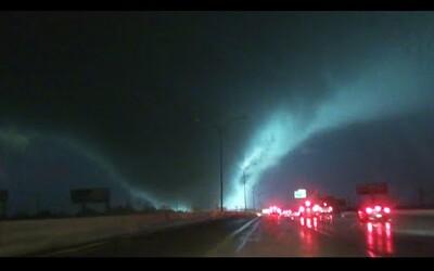 Neuvěřitelné záběry tornáda, které o víkendu zpustošilo Texas. Ve spojení s bouří ti naskočí možná i husí kůže