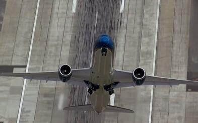 Neuveriteľný, takmer vertikálny vzlet Boeingu 787-9 Dreamliner zachytený na videu pred parížskou leteckou šou