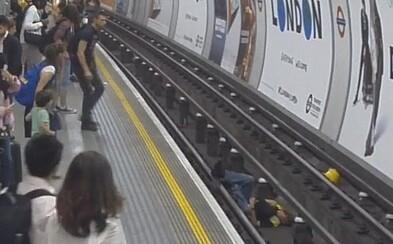 Neváhal skočiť na koľajnice, aby pred prichádzajúcim metrom zachránil ľudský život. Mužovi prišlo nevoľno a ďakovať môže svojmu hrdinovi