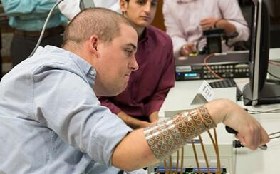 Nevedel hýbať prstami, dnes to vďaka čipu v hlave dokáže. Technológie mu zmenili život o 180 stupňov