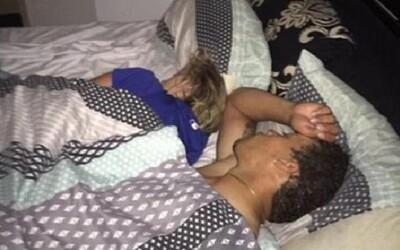 Nevěrnou přítelkyni našel s cizím chlapem v posteli, a tak si s nimi udělal selfie. Vše zdokumentoval a nyní se těší obrovské popularitě