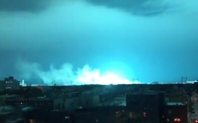 New York rozžiarili desivé modré svetlá. Výbuch elektrárne ľudí poriadne znepokojil