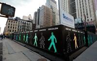 New York zažívá snad nejbizarnější výstavu na světě. Všude kolem jsou jen muži v zeleném nebo červeném