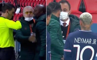 Neymar a Mbappé iniciovali odchod hráčů ze hřiště při utkání Ligy mistrů po údajném rasistickém projevu rozhodčího