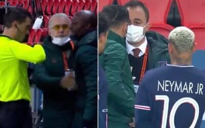Neymar a Mbappé iniciovali odchod hráčov z ihriska pri zápase Ligy majstrov po údajnom rasistickom prejave rozhodcu