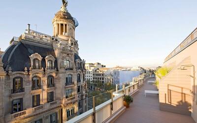 Nezaměnitelný výhled na historickou budovu a moderní design, takový je prostorný apartmán z Barcelony